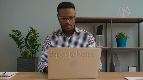 Africká americká obchodní muž používat přenosný počítač v kanceláři. Černá úřednice psaní na klávesnici pro laptop. Detailní záběr
