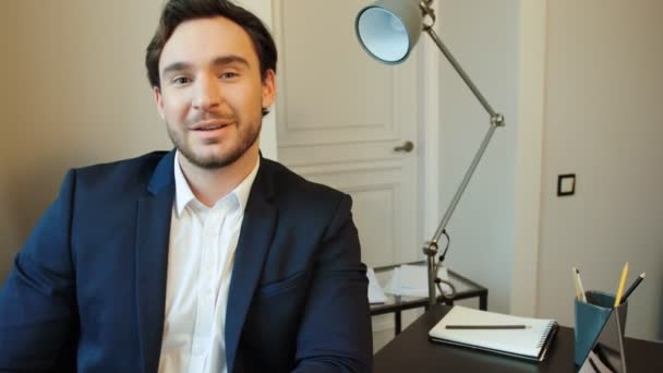 Vestito Elegante Ufficio : Ritratto di giovane uomo attraente in vestito sorridente sulla