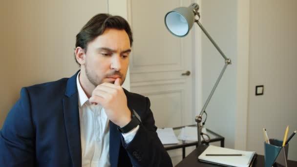 Portrét promyšlené obchodní muž v obleku na pozadí stylová kancelář