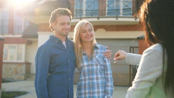 Mladý manželský pár dostat klíč