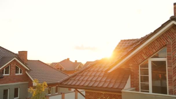 Zblízka panoramatickém záběru hnědá střecha moderního domu během slunce.