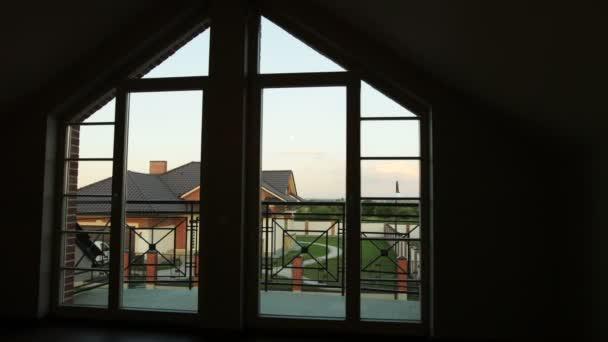Světlé západ slunce svítí skrz okna domu, zahrada nadmořské výšce zobrazení