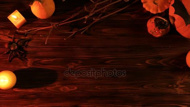 Ijesztő fény a sötétben. Halloween felülnézet sütőtök és gyertyák a fa tábla