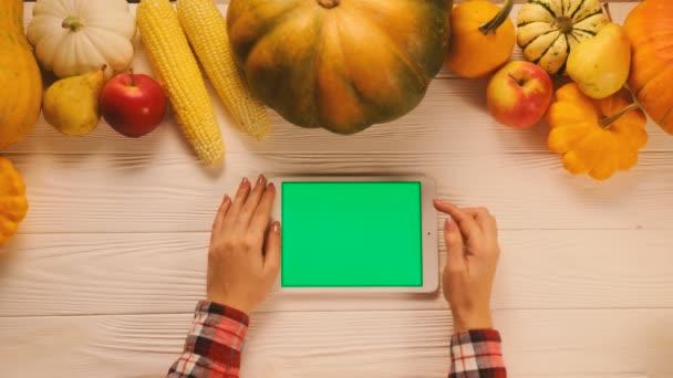 Draufsicht mit Gemüse, Obst und Tablette mit grünem Bildschirm auf weißem Holztisch. flach lag. Chroma-Schlüssel. Scrollen, Zoomen.