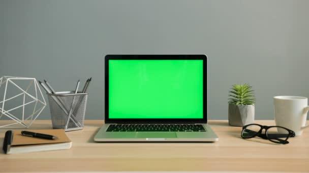 Laptop mit grünem Bildschirm