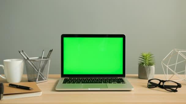 Pohled na laptop s zelená obrazovka
