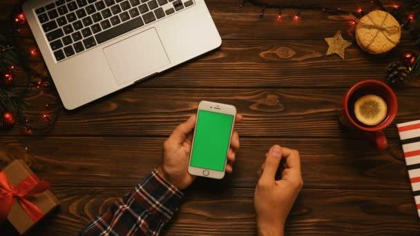 mužské ruce držící smartphone