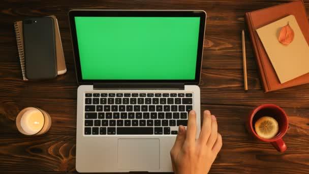 Férfi kezét a laptop gépelés