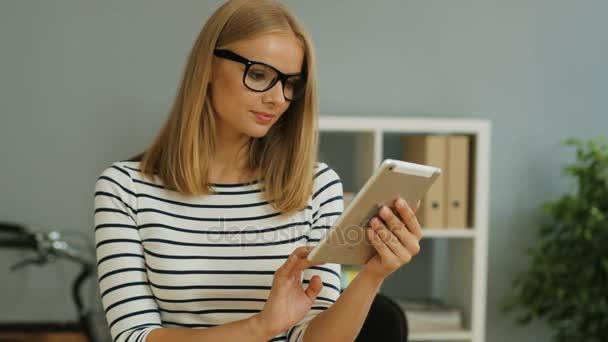 podnikání žena pomocí digitálních tablet
