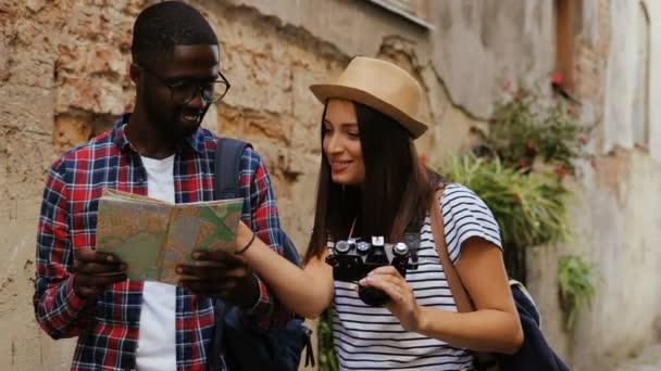 turisté na mapa města