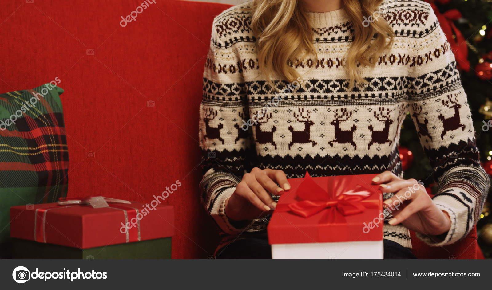 Frau öffnen Weihnachtsgeschenk — Stockfoto © mstockagency #175434014