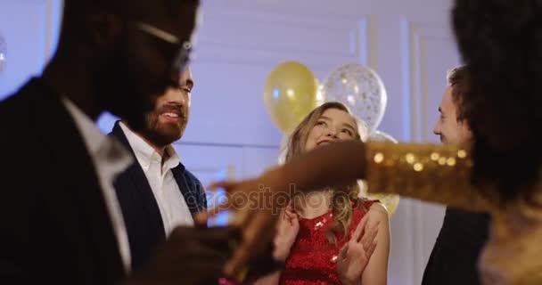 Více etnických mladá a okouzlující muži a ženy tančí na luxusní party. Přátel, baví. Uvnitř