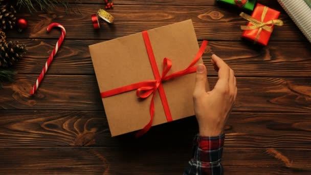 žena balící vánoční dárek