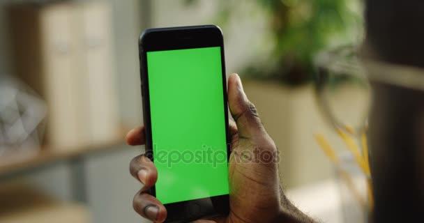 Mani Maschile Afroamericana Che Tiene Un Telefono Di Blacksmart In