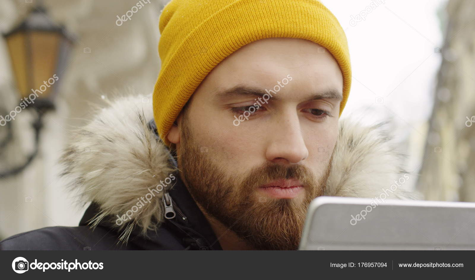 252433a1499 Young Caucasian Man Beard Yellow Hat Looking Tablet Device Screen — Stock  Photo