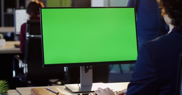 Podnikatel, pracoval na počítači Pc a psaní na klávesnici v kanceláři. Zadní pohled. Obrazovce počítače zelený, klíčování chroma. Vnitřní