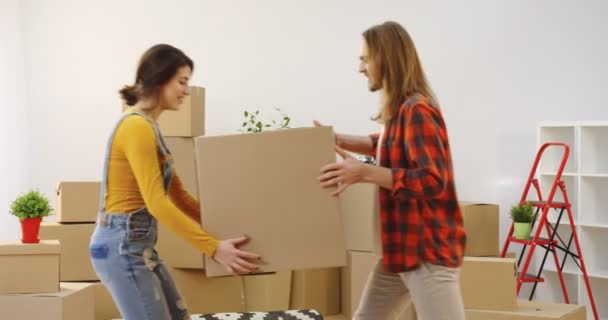 Kaukázusi jó látszó barátom és a barátnője együtt mozog, majd hozza a nappaliban egy nagy doboz, szórakozás körül. Belső