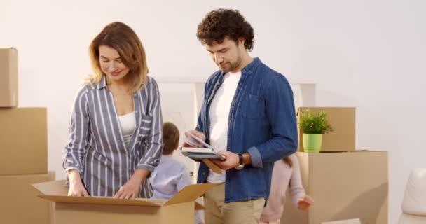 Rodina, pohybující se v novém domově. Matka a otec vybalování krabic a jejich dětí, pomáhá jim. Uvnitř