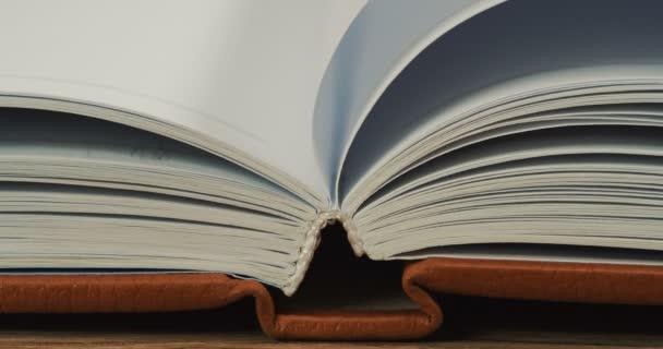 Detail knihy a jeho otáčení stránek. Makro fotografování