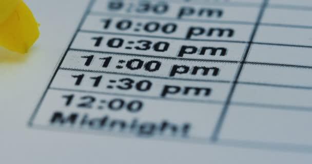 Makró a sárga marker, rámutatva az idő 11:30 órától játszák, a papíron. Közelről