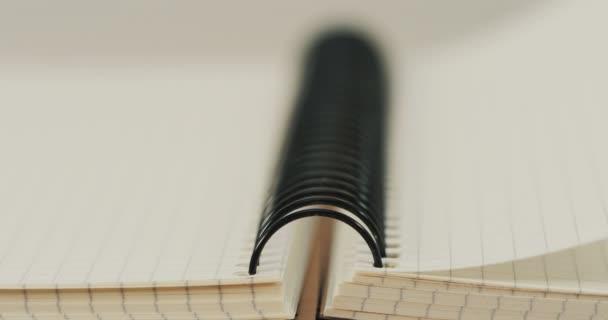 Közelkép a copybook és a blanc oldal essek. Makró felvétel