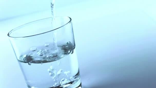 naplnění sklenice s vodou, koncept výživy