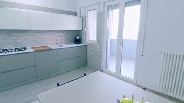 interiér moderní, světlé, čisté, kuchyně s nerez spotřebiči a zavařenina apple na stole v domě, luxusní