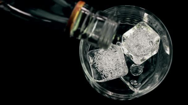 Csapos ömlött whiskey, jégkocka, az üveg, fa tábla, nézet tetején