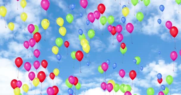 barevné balóny létání na modré obloze s bílá oblaka, barva červená, žlutá, zelená, růžová, modrá, strana slavnostn událost