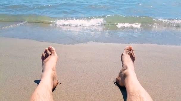 uomo in soggiorno di relax con i suoi piedi sul mare tropicale ...