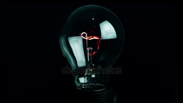 zapnout a vypnout, retro vintage žárovka s wolframovým technologie integrované na černém pozadí, starý styl atmosféru