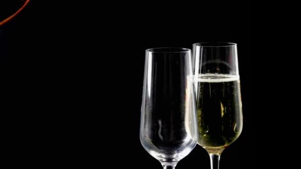náplň flétny šampaňského s zlaté bubliny černém pozadí pojmu zlaté luxusní dovolenou šťastný nový rok