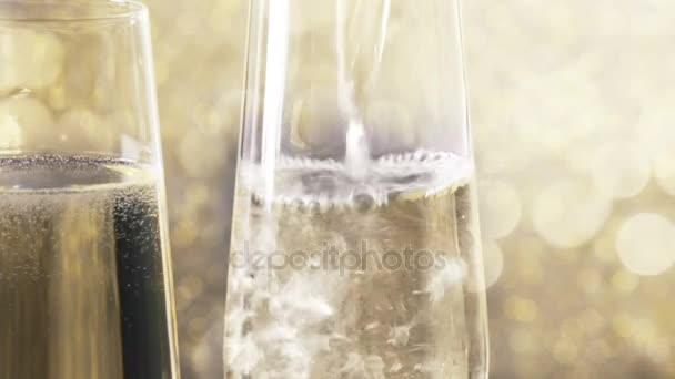 Füllung-Flöten Champagner mit goldenen Perlen gold Bokeh Hintergrund, Konzept der goldenen Luxus Urlaub frohes neues Jahr