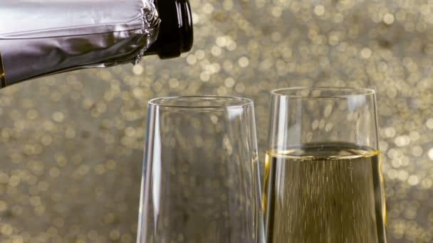 töltés fuvolák, pezsgő arany buborékok háttér arany bokeh, arany luxus üdülési boldog új évet esemény fogalma