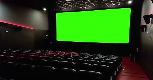 Kinosaal Innenraum des Kinos mit leeren roten Sitzen mit Copyspace auf der grünen Chroma-Taste und Glühen am Rand, Konzept der Erholung und Unterhaltung
