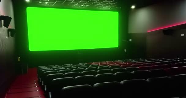 film színház üres piros ülések copyspace, a chroma-kulcs zöld képernyő és a ragyogás a szélén, a koncepció a pihenés és a szórakozás a mozi belső