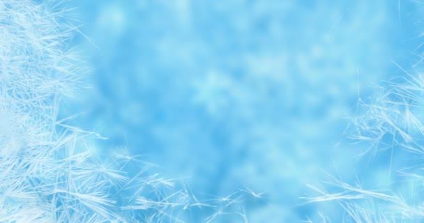 Weihnachtsrahmen echtes Kristall Schneeflocken Schnee wie Hintergrund auf blauem Gradienten Farbe, gefrorene Wirkung, Winterurlaub Veranstaltungskonzept