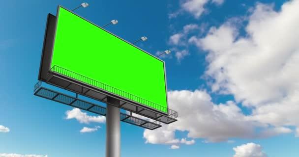 prázdné billboard s chroma klíč fabion, na modrou oblohu s mraky time-lapse, reklamní koncepce