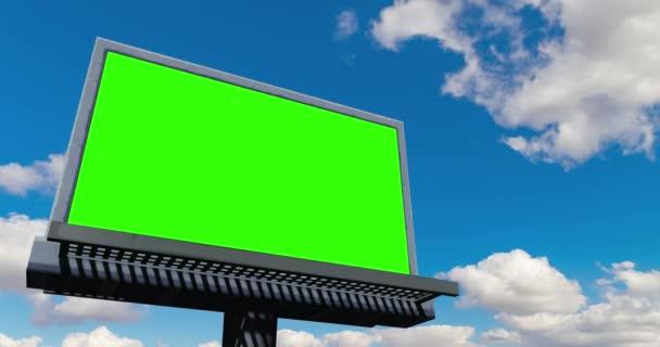 üres billboard képernyővel chroma key zöld, a kék ég, a felhők, a timelapse mozgás, a reklám fogalma