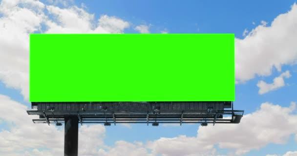 üres billboard chroma key zöld képernyő, a kék ég, a felhők gyorsított, reklám fogalma
