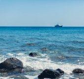 loď plovoucí na moři