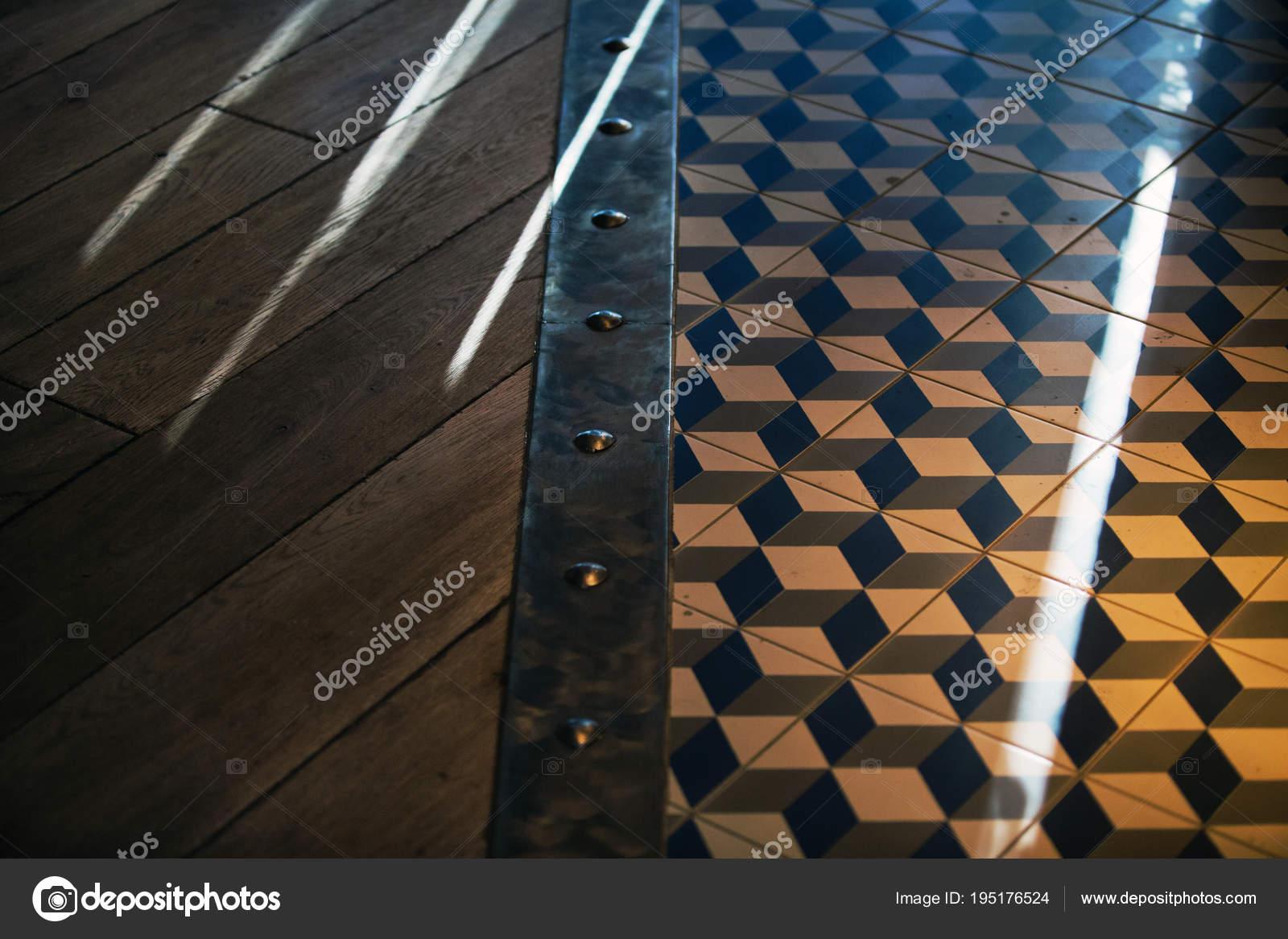 Vista elevata legno pavimento piastrelle motivi con bordo metallo