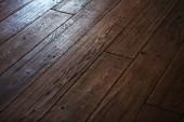 pohled z hnědé dřevěné podlahy
