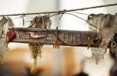 Fotografie Detailní denní pohled Dřevěná Cedulka Vítejte přátelé slovy zdobené textilie a malé objekty