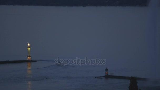 jezero s maják na večer