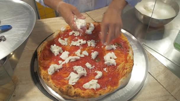 kuchař, že sýr na pizzu
