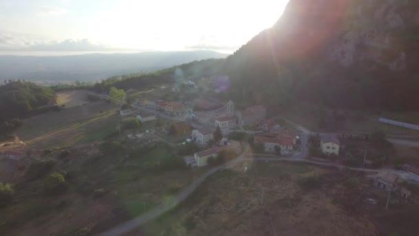 zelené kopce s vesnicí v Basilicata