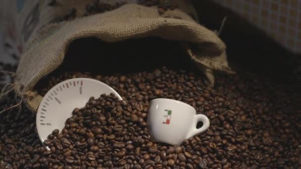 Detailní záběr na kávová zrna s Coffee cup a pytlovina pytel