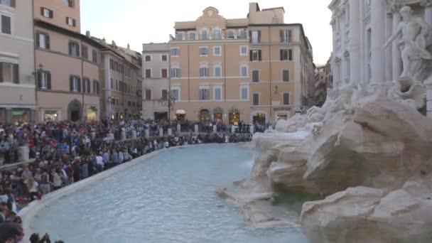Turisté na fontánu di Trevi, Řím, Itálie