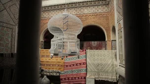Belső udvar nézet Madárfészek, lóg, erkélyek díszített csempe tipikus tunéziai épületek díszítő szőnyegek